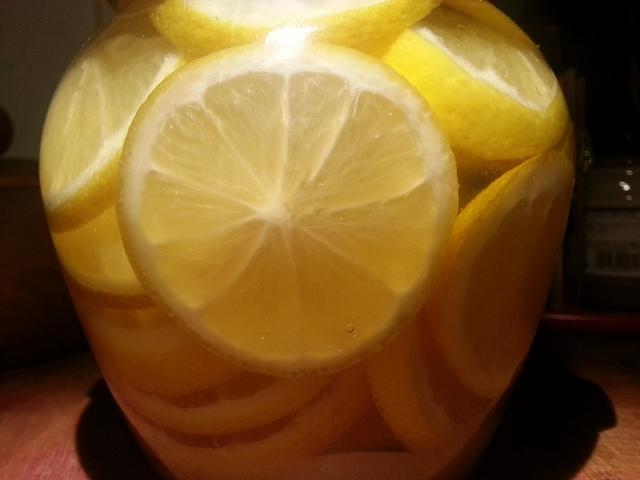 Cytryna do herbaty zakrapiana rumem.