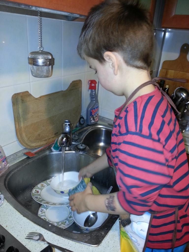 Krzyś myjący naczynia.